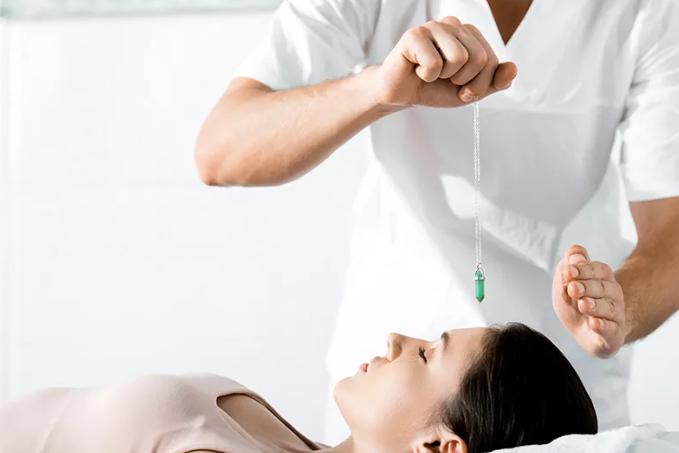De l'hypnose thérapeutique à l'hypnose appliquée aux relations d'aide
